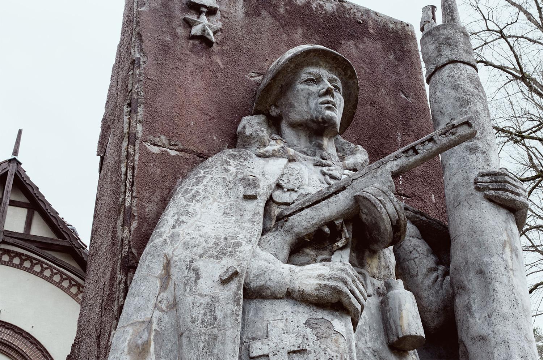 Statue eines russischen Soldaten vor den Beelitzer Heilstätten