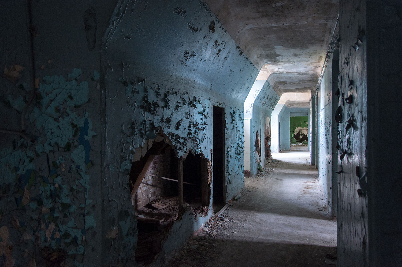 Schmaler Gang in den Beelitzer Heilstätten