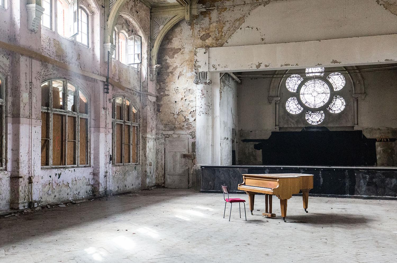 Verlassenes Klavier in ehemaliger Speisehalle